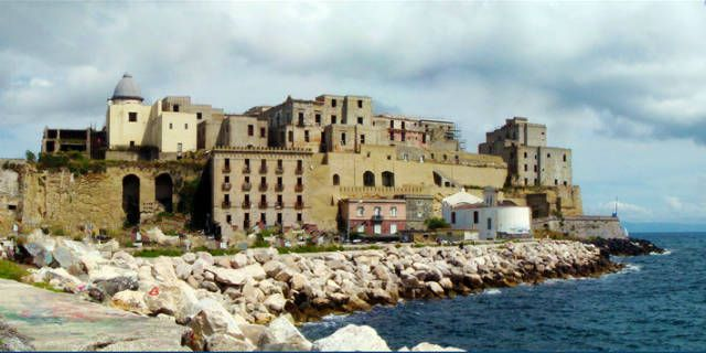 Discover Pozzuoli, its ancient Roman monuments and volcanos
